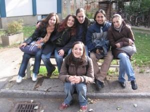 groupe Erasmus sur un banc
