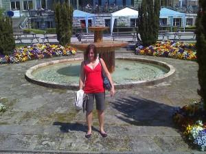 Sarah devant la fontaine dans le parc de Lausanne