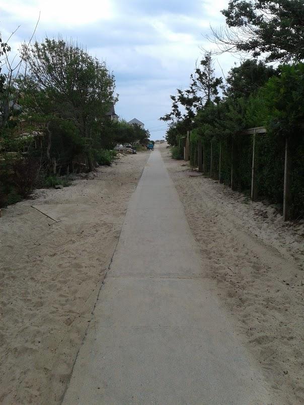 chemin traversant l'île avec du sable des 2 côtés