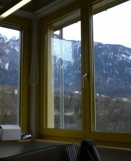 fenêtre avec vue sur les montagnes