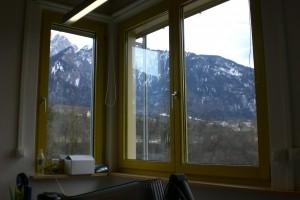 fenêtre avec vue sur les montagnes, de l'entreprise où je fais un stage