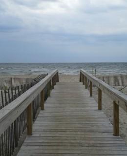 plage et océan au bout du ponton