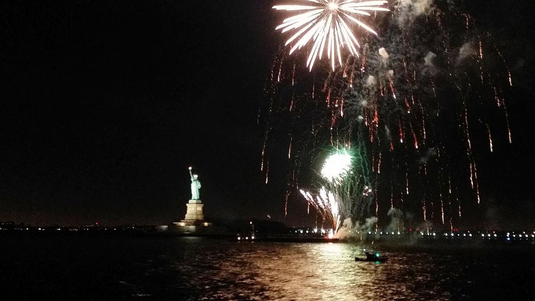 feu d'artifice à côté de la Statue de la Liberté jour de l'an