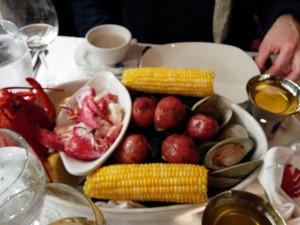 plat de fruits de mer homard, maïs, palourdes