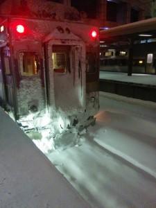 train lors d'une tempête de neige