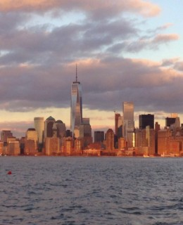 Vue sur Manhattan de Liberty State Park au coucher du soleil