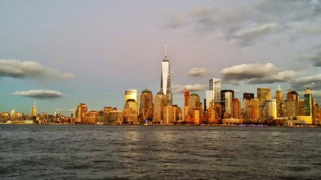 Vue sur Manhattan, du Liberty State Park, New Jersey au coucher du soleil