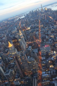 New York City vue de Empire State Building, trafic nocturne