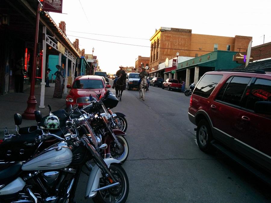 chevaux et motos dans la rue à Stock Yard, Fort Worth, Texas