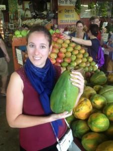 Sarah au marché de fruits et légumes frais, en Floride