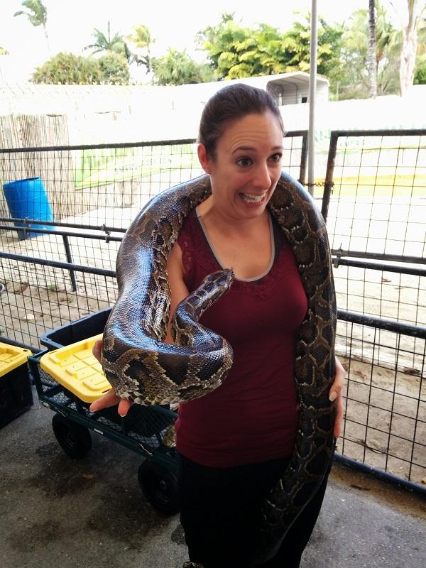 Sarah avec un serpent autour du cou, peur