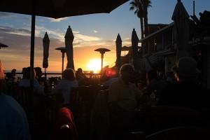 sur la terrasse du Beachcomber cafe, au couché du soleil