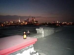 une bière et un verre de vin sur un rooftop à New York