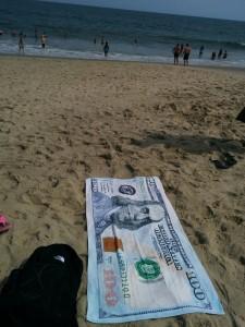 sur la plage, serviette de 100 dollars