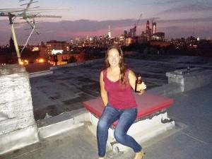 Sarah sur un rooftop chez des amis, vue sur New York City