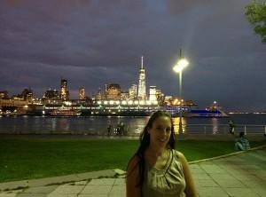 Sarah devant les gratte-ciel de Financial district, à NY