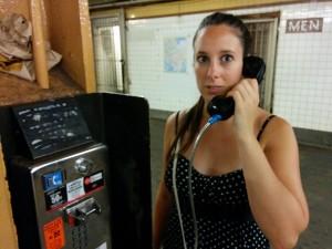 au téléphone dans le métro