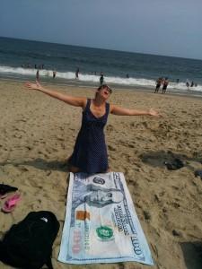 Sarah avec la serviette 100 dollars