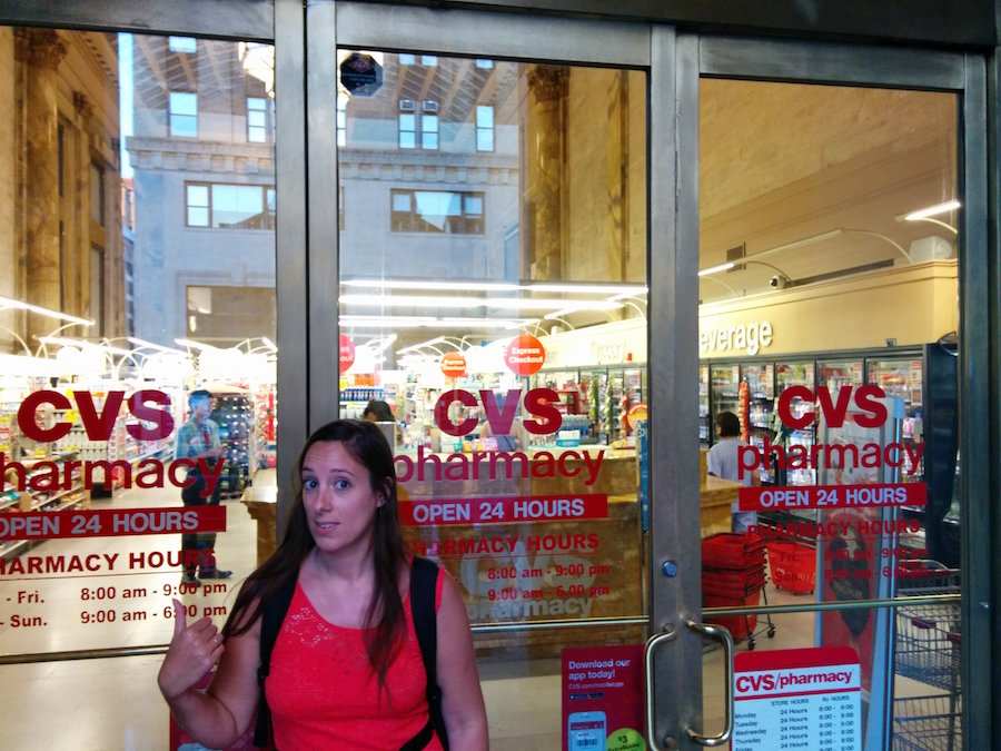 Sarah devant une pharmacy CVS
