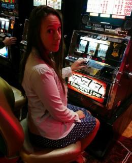 Sarah au casino, à une machine à sous