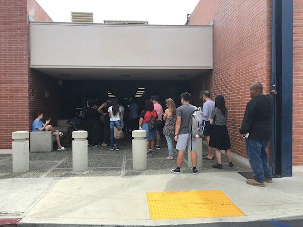 La file d'attente à l'extérieur au DMV, Department of Motor Vehicle
